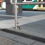 Rutschsicher und optisch ansprechend: Recyfix Rinnen eignen sich ideal für die Entwässerung von Bahnsteigen.